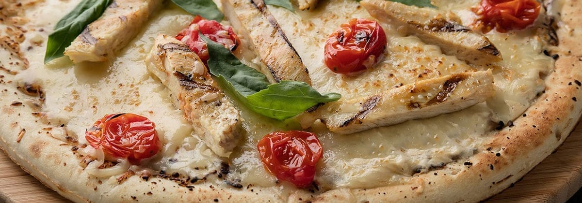 alfredo chicken pizza with tomato and basil
